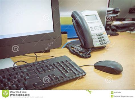 telephone de bureau ajournez le travail dans le bureau avec le téléphone et l