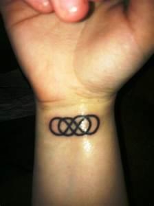 Kleine Männer Tattoos : 20 ideen von kleine tattoos mit symbolen ~ Frokenaadalensverden.com Haus und Dekorationen