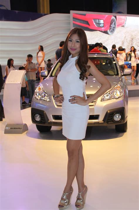 girls    manila international auto show
