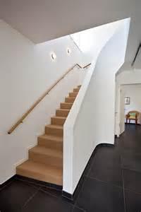 geschlossene treppe 78 ideen zu handlauf auf handlauf treppe treppenbeleuchtung und eingangshallen dekor