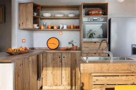 meuble de cuisine a faire soi meme îlot central en palette bar et tabourets à faire soi même