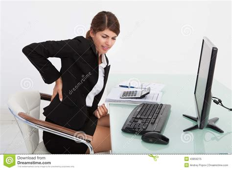 femme d affaires souffrant du mal de dos au bureau d ordinateur photo stock image 43859275