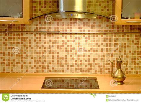 bouilloire de cuivre sur le fond de mur de cuisine photo stock image 64784375