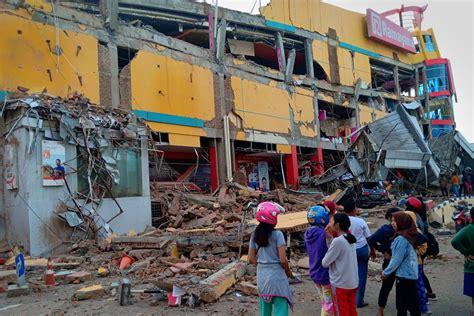 quake tsunami kills     indonesias sulawesi