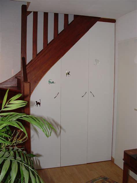 cuisine chene blanc aménager un rangement sous un escalier