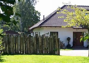 Haus Mit Walmdach : palisaden als sichtschutz und windschutz holzpalisaden 4 ~ Lizthompson.info Haus und Dekorationen