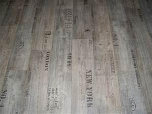 Pvc bodenbelag holz optik planken mit schriftz gen 400 cm for Laminat weinkisten optik