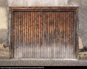 Garagentor Aus Holz : verwittertes braunes garagentor aus holz stock photo 13463774 bildagentur panthermedia ~ Watch28wear.com Haus und Dekorationen