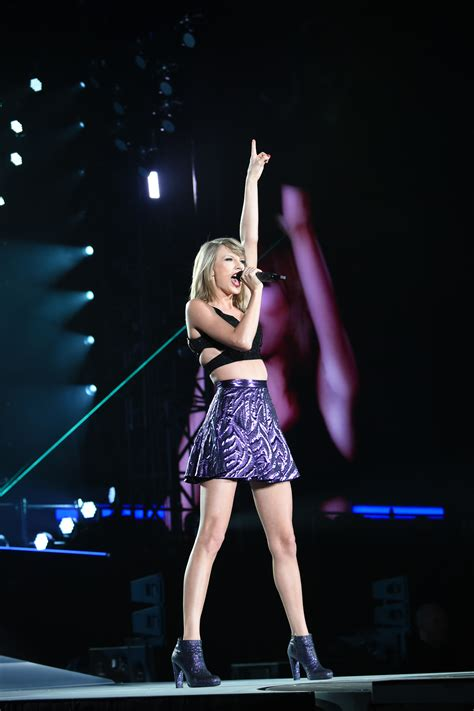 hq pictures  taylor swift performing   tokyo
