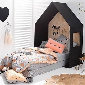 Cabane Chambre Fille : bois dans une chambre enfant lit cabane petite fille couleurs noir corail gris ~ Teatrodelosmanantiales.com Idées de Décoration