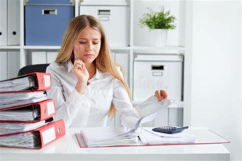 tassa di commercio la donna calcola la tassa immagine stock immagine di