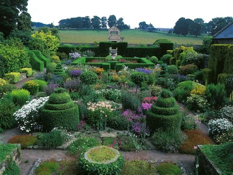 Beautiful Formal Topiary Garden Design Ideas With