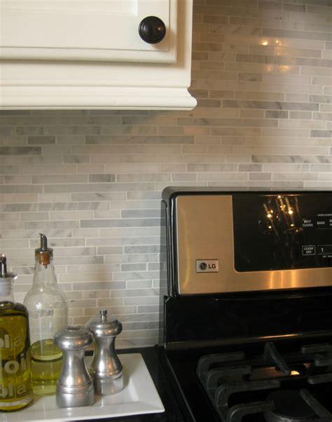 installing  marble backsplash remodelando la casa