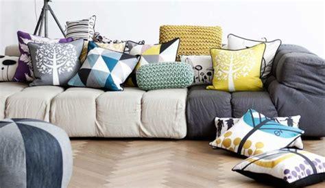 canapé avec gros coussins des coussins à motifs pour égayer le canapé