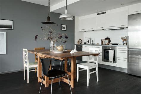 idee deco cuisine grise une cuisine élégante au mur gris et au parquet foncé