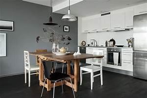 Une cuisine elegante au mur gris et au parquet fonce for Idee deco cuisine avec mobilier de salle À manger contemporain