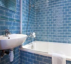 revetement mural d39une salle de bain avec du carrelage With revetement mural salle de bain