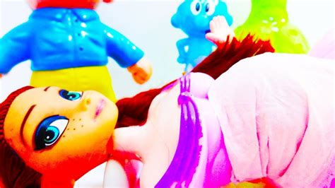 ماما حامل من بطولة ليلى علوي وبيومي فؤاد ومحمد سلام وحمدي الميرغني ونانسي صلاح وهدى الأتربي، وهو من تأليف لؤي السيد وإخراج محمود كريم، ومن إنتاج نيوسينشرى وأفلام مصر. حلقة ماما سنفور حامل يا ترى ولد ولا بنت - YouTube