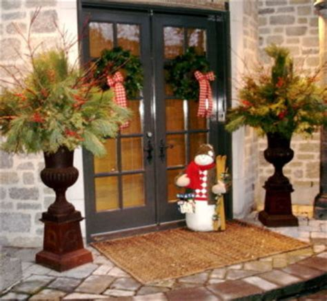 outdoor urns    decorate  christmas