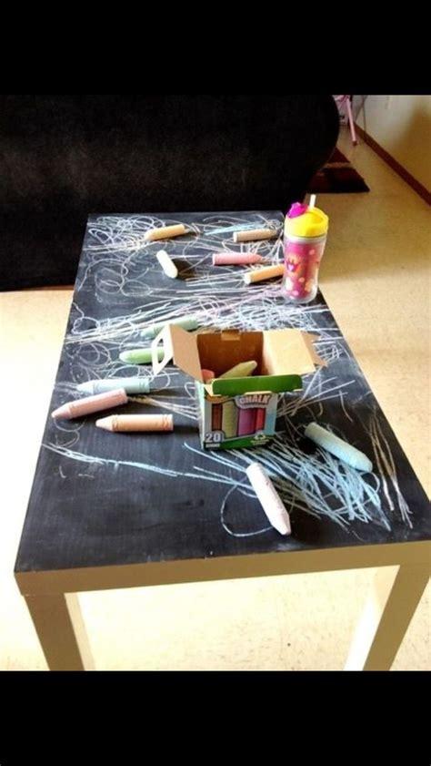 table basse chambre tableau noir et peinture ardoise dans une chambre d 39 enfant
