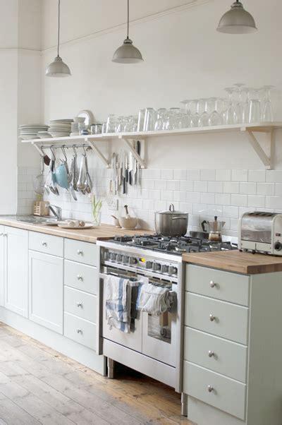 peinture verte cuisine peinture meubles cuisine vert d 39 eau et carrelage blanc