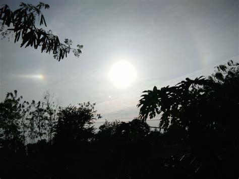 เพจเฟซบุ๊ก sumontha boonkhum ได้โพสต์ภาพ ปรากฏการณ์พระอาทิตย์ทรงกลด ขึ้นบนท้องฟ้าทอดเหนือตึกไทยคู่ฟ้า ทำเนียบรัฐบาล พร้อมกับระบุว่า. พระอาทิตย์ทรงกลดมีรัศมีดาวพุ่ง2 | ท้องฟ้า