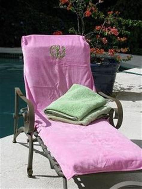 towels on hilfiger flip flops and