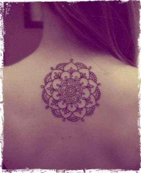 modele tatouage mandala sur le haut du dos tattoo pour