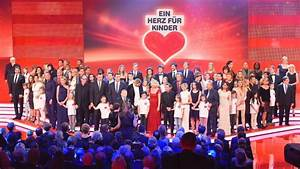 Kuscheltiere Spenden Berlin : ein herz f r kinder stars sammeln spenden in berlin panorama ~ Markanthonyermac.com Haus und Dekorationen