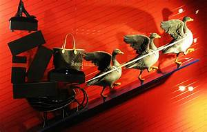 """Louis Vuitton """"The Goose Game"""" Festive Holiday Window ..."""