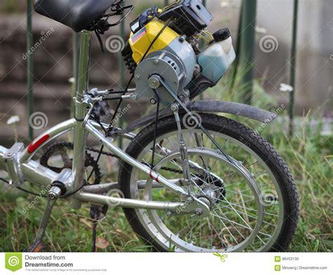 Cykel Med En Motor Av Gräsklipparen Arkivfoto