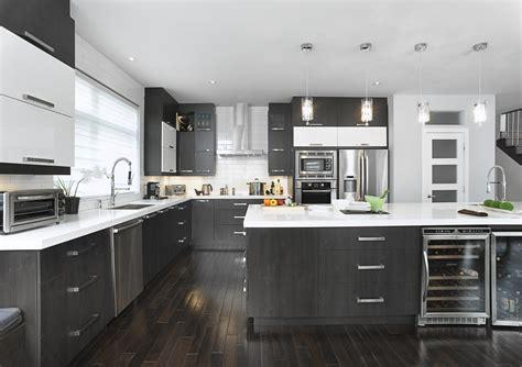 cuisine comptoir cuisine vaste avec un îlot qui possède une grande surface
