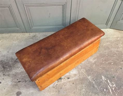ancien plinth de gymnastique en cuir