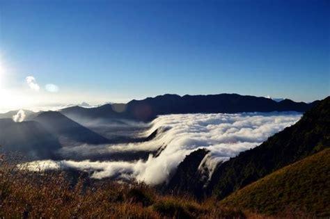 puncak  sisi lain menikmati gunung bromo manusia lembah