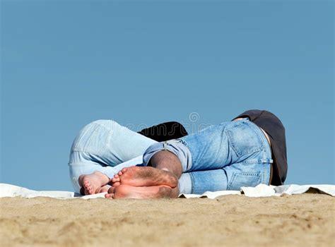 Paare, Die Auf Dem Strand Schlafen Stockbild