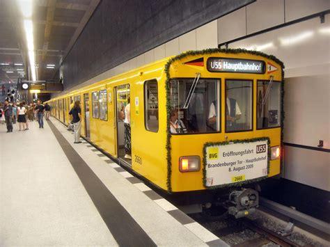 Dateiberlin Ubahnstation Hauptbahnhof Auf Bahnsteig