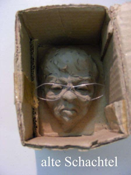 E am bitte nicht bügeln, nicht knicken, nicht werfen. alte Schachtel - Arrogant, Paperclay, Stolz, Modell von Rupert Eichler bei KunstNet