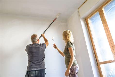 Holzvertäfelung Decke Streichen by Decke Streichen Zimmerdecke Richtig Ausmalen Anleitung