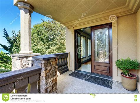 colonne de exterieur ext 233 rieur de luxe de maison porche de colonne d entr 233 e avec des balustrades photo stock image