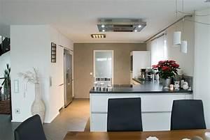 Küche Mit Kühlschrank : k che mit kochinsel und steindeckplatte ~ Markanthonyermac.com Haus und Dekorationen