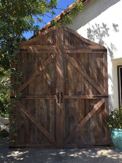 diy wedding barn door backdrop   pallets rustic