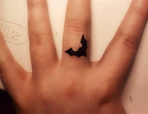 tatouage femme doigt photo tatouage de femme love hate