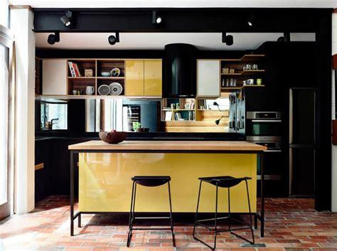 tres cuisine ambiance accueillante et conviviale dans une cuisine jaune