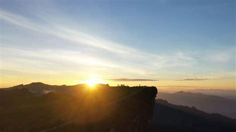 นักท่องเที่ยวขึ้นภูชี้ฟ้า ชมพระอาทิตย์ขึ้น รับวันครีษมายัน