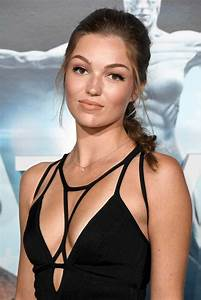 Actress Lili Simmons hot stills, premiere of HBO's ...