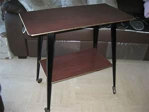 Table Pour Tv : table roulettes pour t l vision en formica luckyfind ~ Teatrodelosmanantiales.com Idées de Décoration