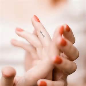 fleur cheveux mariage petit tatouage doigt petit tatouage un oui mais discret