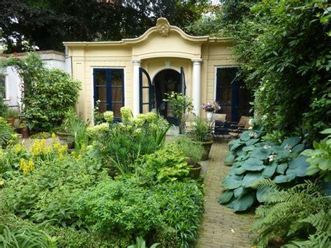 courtyard garden design the enduring gardener