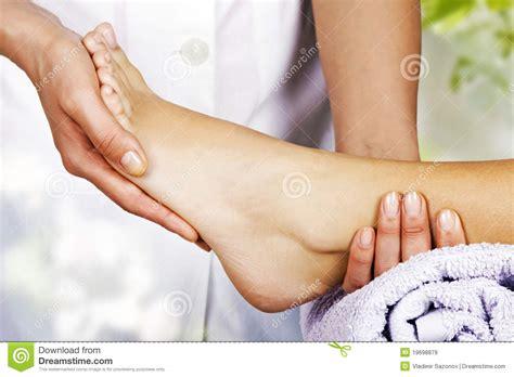 massage de pied dans le salon de station thermale images
