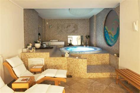 centro benessere con vasca idromassaggio in resort spa in umbria resort con centro benessere 5
